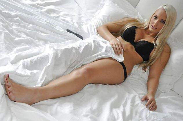 Blondine-im-Bett-beim-Sexdate